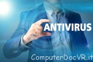 Scegli il miglior antivirus uomo con bigliettino in mano.